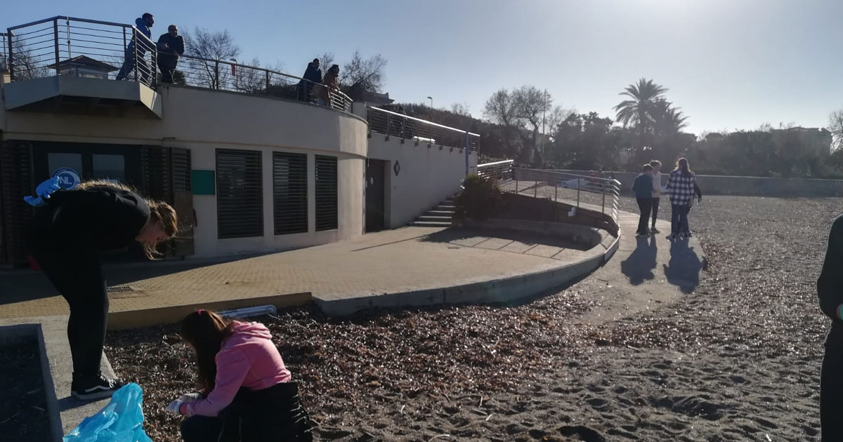 La 1E ha ripulisce la spiaggia dei 3 Ponti…e ricicla!